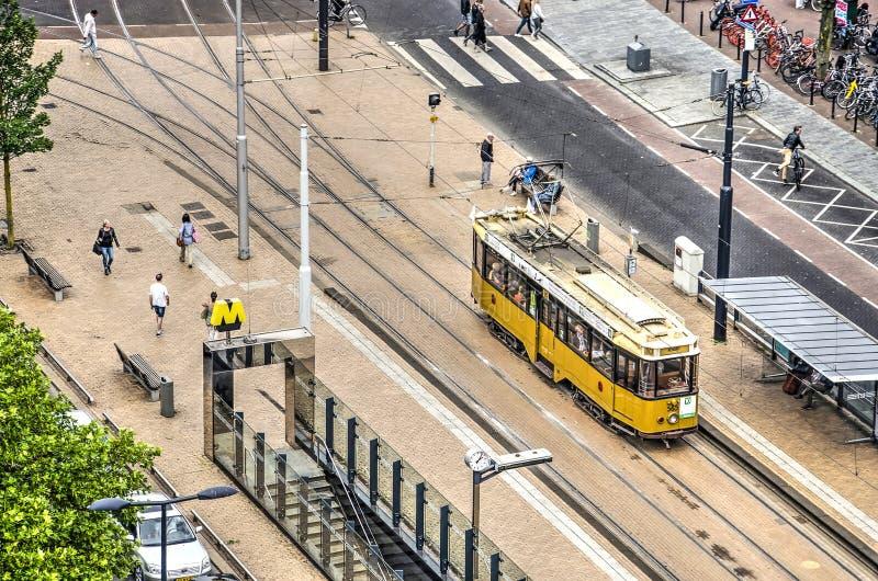 Historyczny żółty tramwajarski fracht na miasto kwadracie zdjęcie royalty free