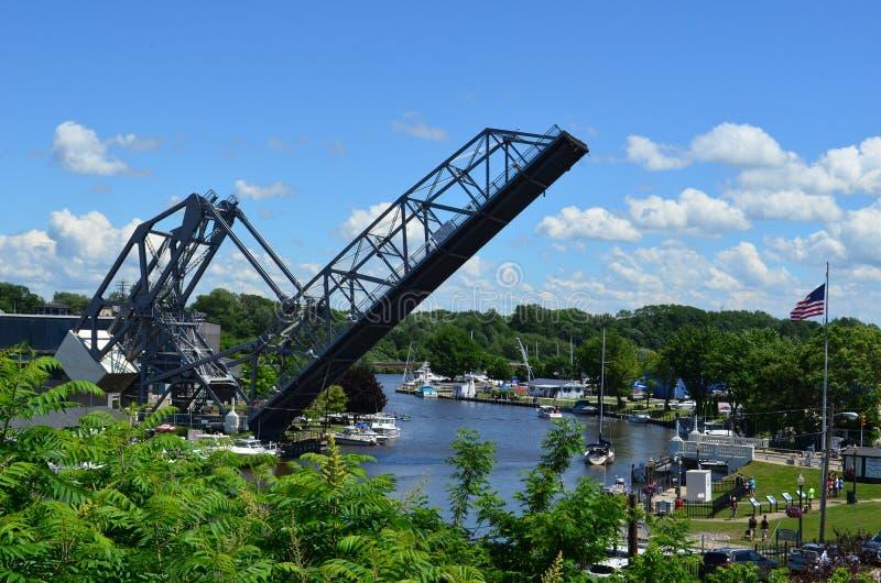 Historyczny Ashtabula schronienia dźwignięcia most podnoszący na pogodnym letnim dniu obraz stock