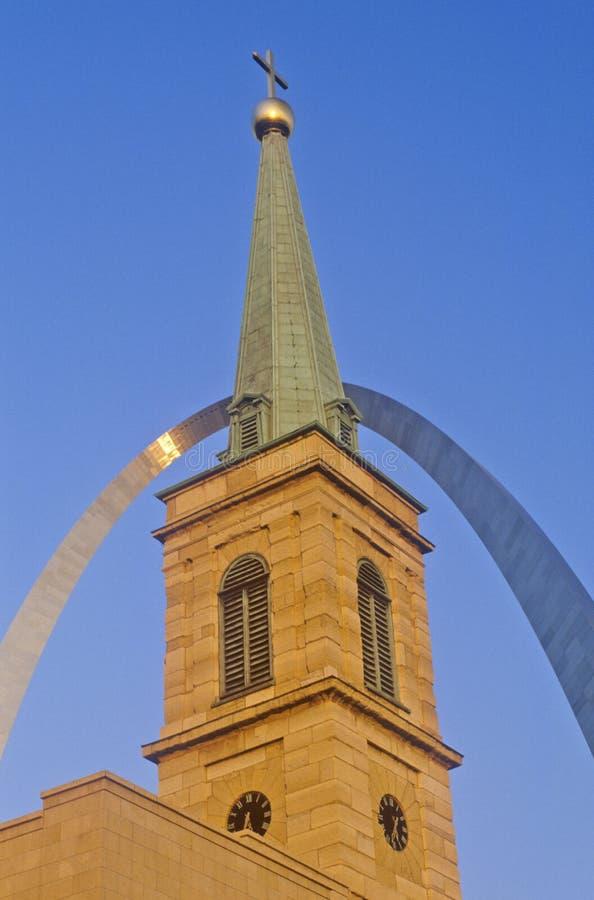 Historyczny Chrystus Katedralny kościół i St Louis łuk, MO zdjęcie stock
