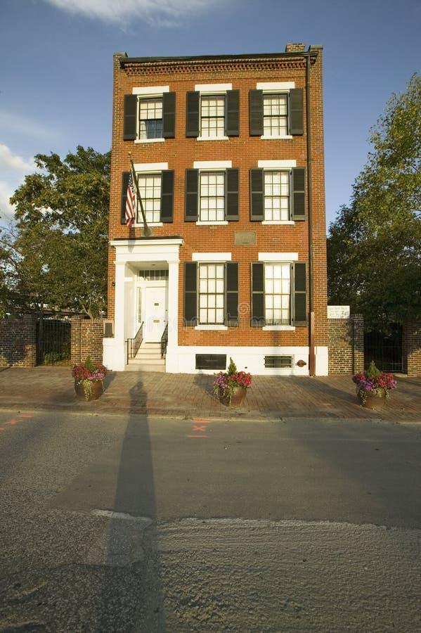 Historyczny czerwony ceglany dom z plakietą czyta Tutaj był urodzonym Eugene polem poeta 1850-1895, śródmieścia St Louis, Missour obraz royalty free