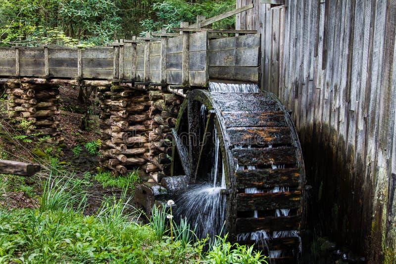 Historyczny drewniany gristmill z pracującym waterwheel zdjęcia stock