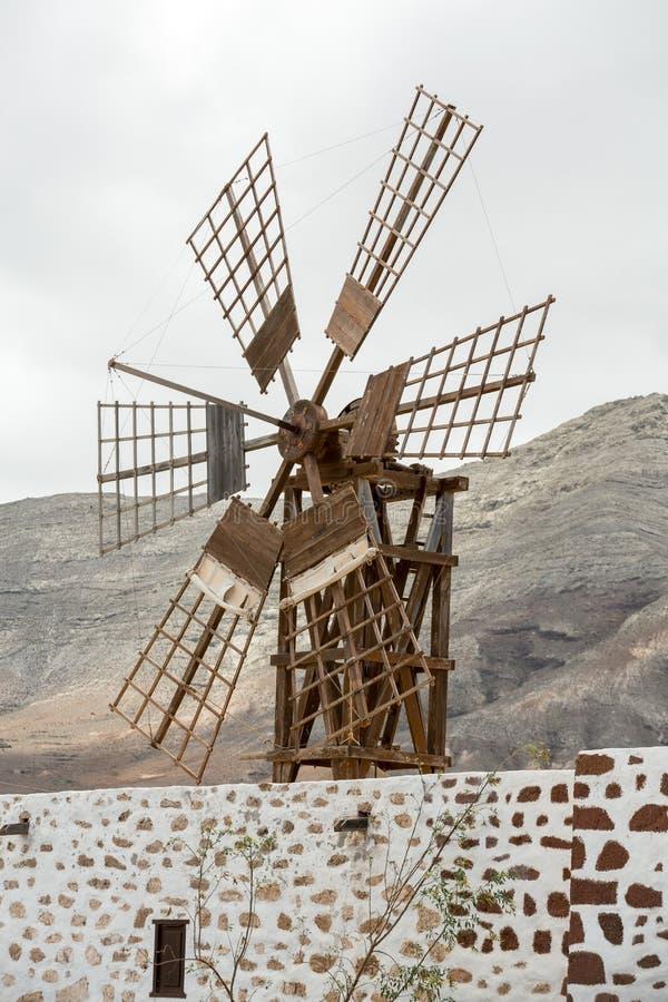 Historyczny drewniany wiatrowy młyn blisko wioski Puerto Lajas obraz royalty free