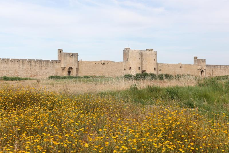 Historyczny góruje i ramparts w mieście Aigues-Mortes fotografia stock