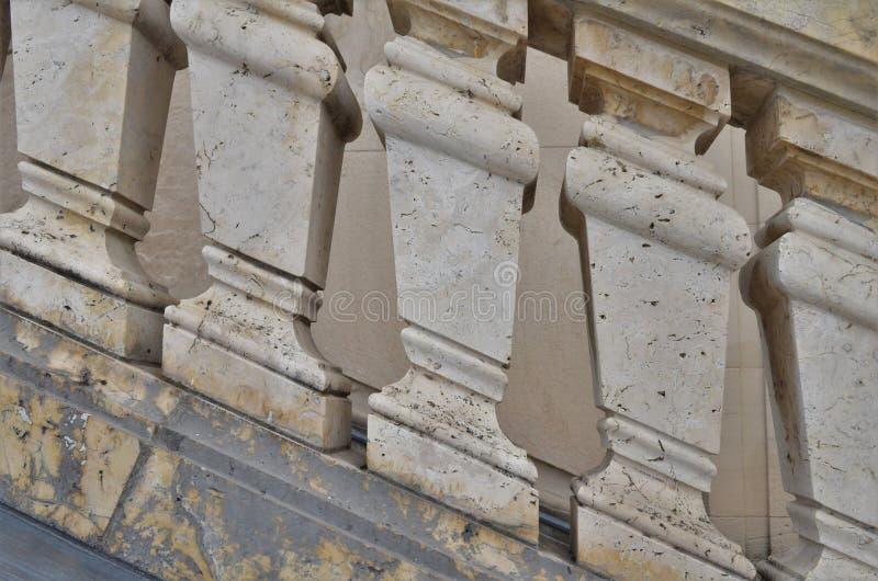 Historyczny kamienia poręcz z marmuru wzorem w widoku strzelał w Monachium w Niemcy zdjęcie royalty free
