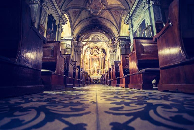 Historyczny kościół katolicki: Drewniane ławki i ołtarzowy szerokość krucyfiks z rzędu zdjęcia royalty free