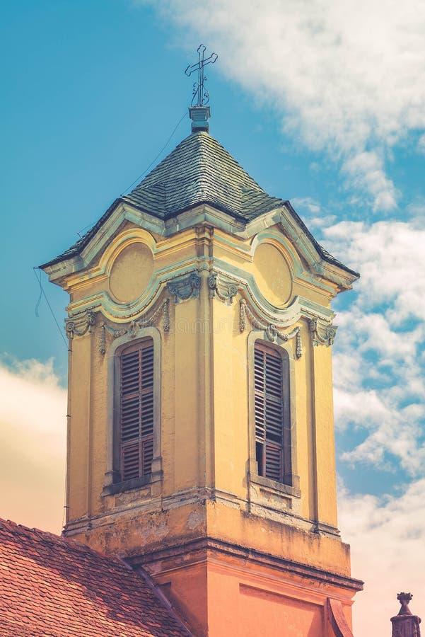 Historyczny kościelny wierza przeciw chmurnemu niebieskiemu niebu fotografia stock