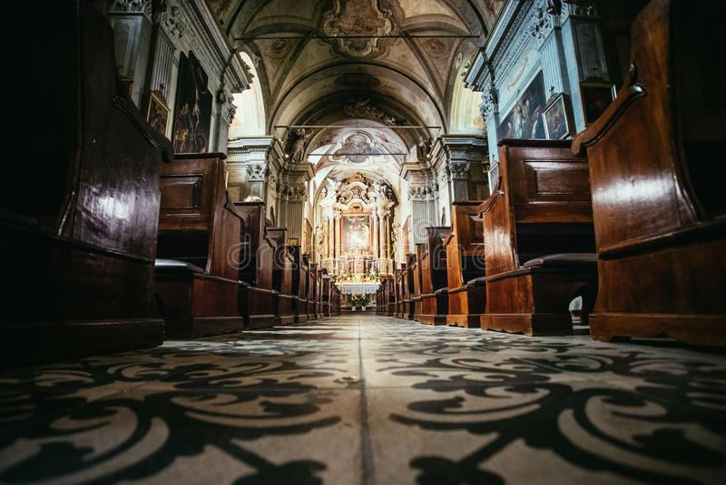Historyczny ko?ci?? katolicki: Drewniane ?awki i o?tarzowy szeroko?? krucyfiks z rz?du zdjęcie royalty free