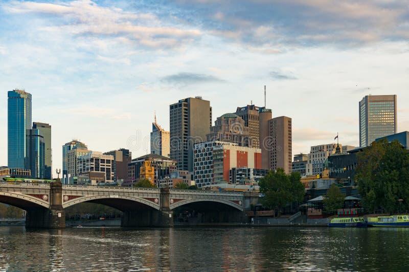 Historyczny książe most nad Yarra rzeką CBD i Melbourne ląduje fotografia stock