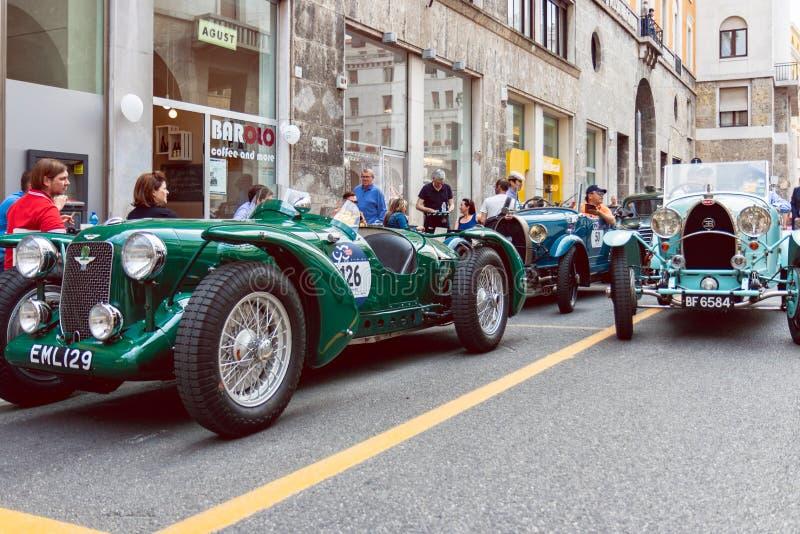 Historyczny Mille Miglia 1000 mil samochodowej rasy w Brescia mieście, Włochy Staromodni Aston Martin i Bugatti samochody fotografia stock