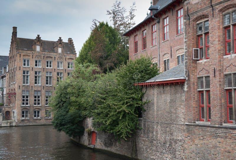 Historyczny stary miasteczko przegapia kanał Bruges obraz stock