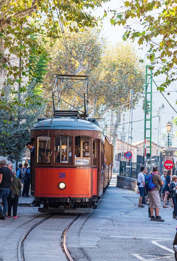 Historyczny tramwajowy iść od Soller Przesyłać De Soller, Mallorca przy definitywny przerwy ar miejsca d Espanya na słonecznym dn zdjęcie stock