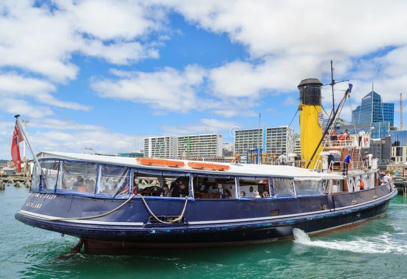 Historyczny tugboat opuszcza na schronienie rejsie, Auckland, Nowa Zelandia zdjęcie stock