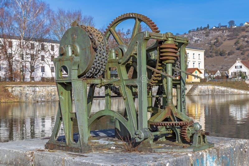 Historyczny winch przy Starym portem Ludwig Danube Główny kanał w Kelheim obrazy stock