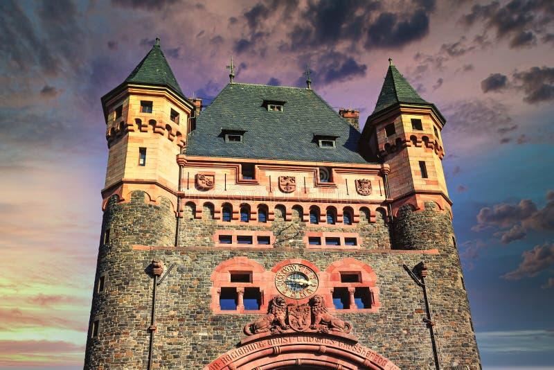 Historyczny zabytek kultury wieża o nazwie 'Nibelungenbrücke' lub 'Nibelungentor' na moście w robakach w Niemczech fotografia royalty free