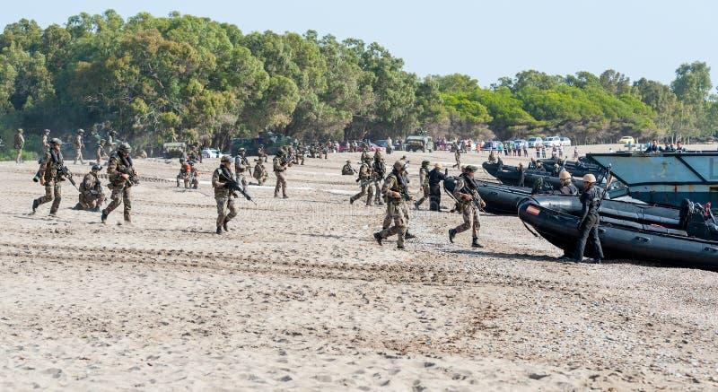 Hiszpańscy żołnierze piechoty morskiej wraca ich desantowy rzemiosło fotografia stock