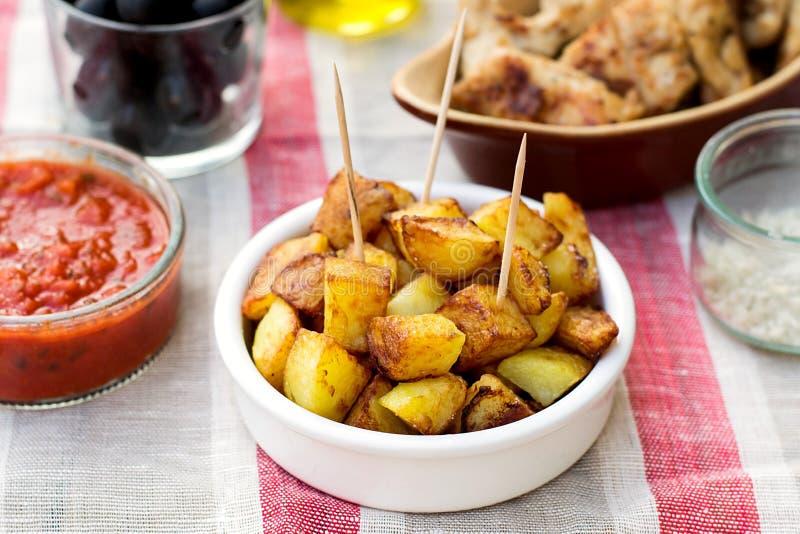 Hiszpańscy grul patatas bravas dla tapas obraz royalty free