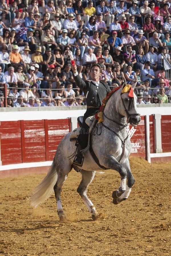Hiszpański bullfighter stawia byk banderille w Pozoblanco na horseback Leonardo Hernandez obraz royalty free