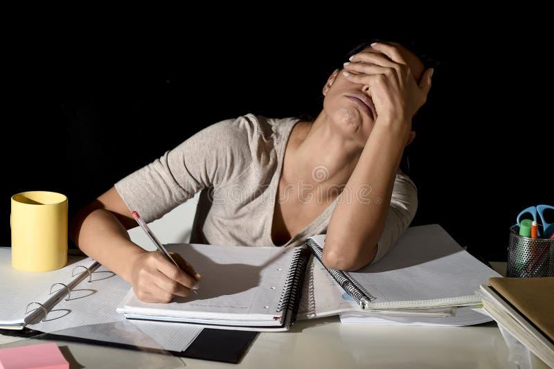 Hiszpański dziewczyny studiowanie męczył w domu nocny patrzeć narządzania egzaminem, zanudzał i smutnym i zaakcentowanym fotografia royalty free