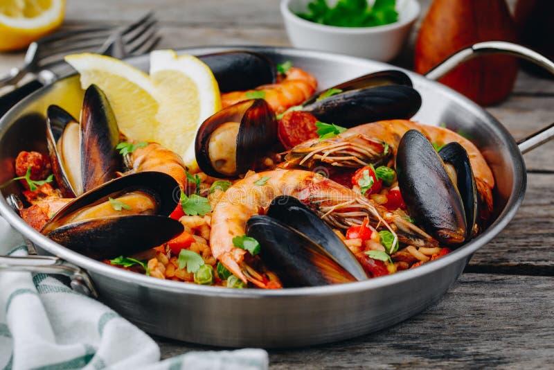 Hiszpański owoce morza paella z mussels, garnelami i chorizo kiełbasami w tradycyjnej niecce, zdjęcia royalty free