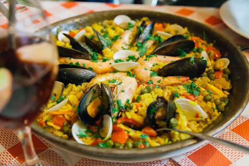 Hiszpański paella z garnelami i mussels słuzyć w café w Puerto De La Cruz lub Crossport w est wyspa obraz stock