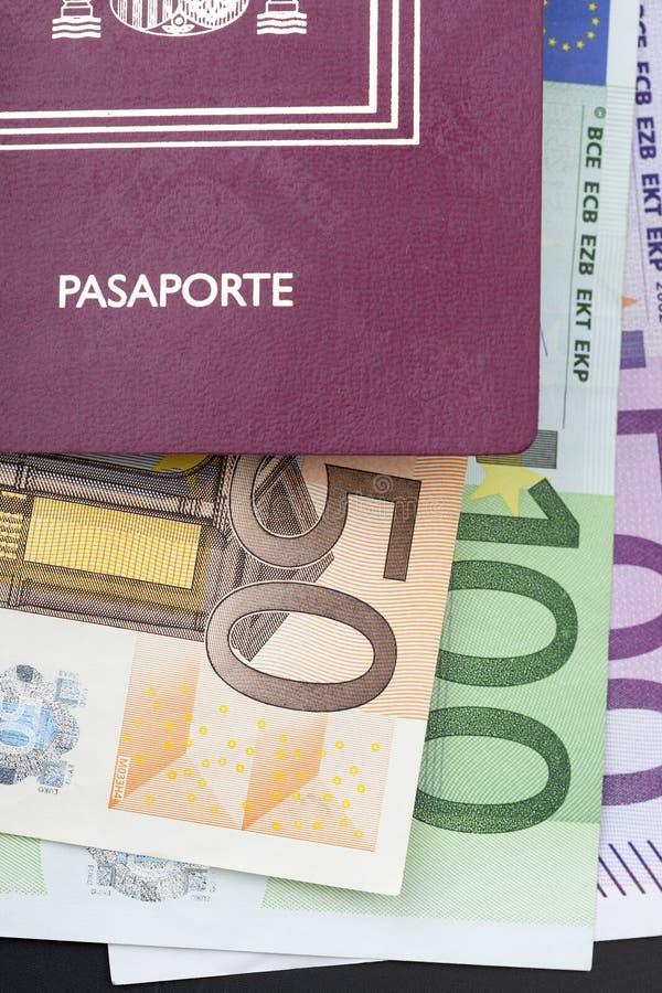 Hiszpański paszport z pieniędzy euro zdjęcia royalty free