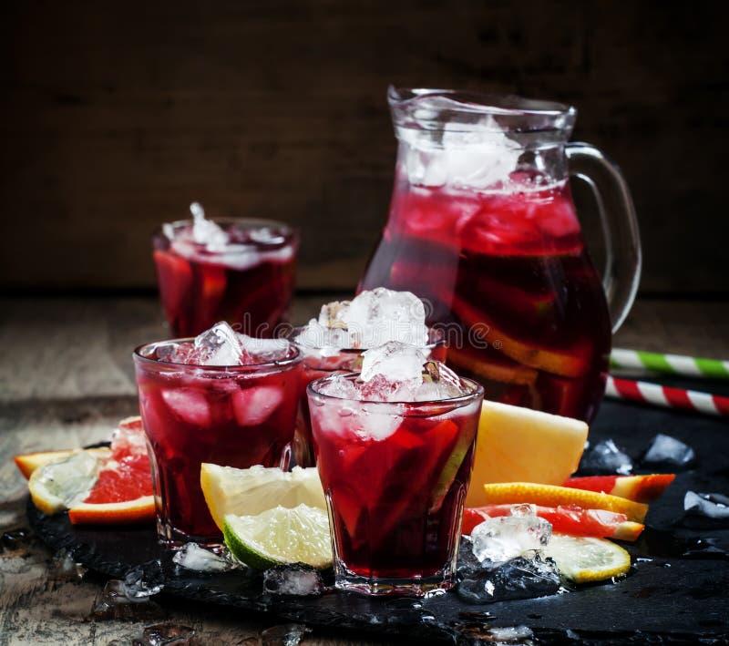 Hiszpański sangria z owoc i lodem, selekcyjna ostrość fotografia stock
