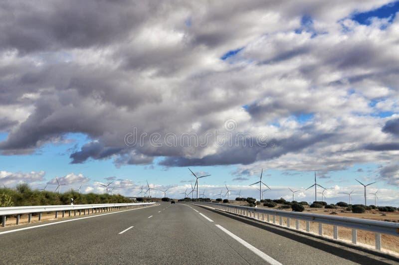 Hiszpańskie drogi i wiatrowi młyny obraz stock