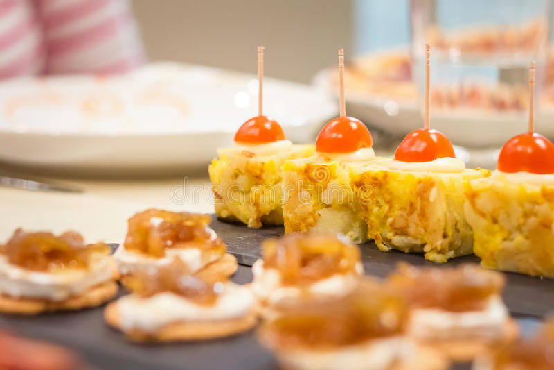 Hiszpańskiego omletu ser z cebulkowymi pinchos i tapas obraz royalty free