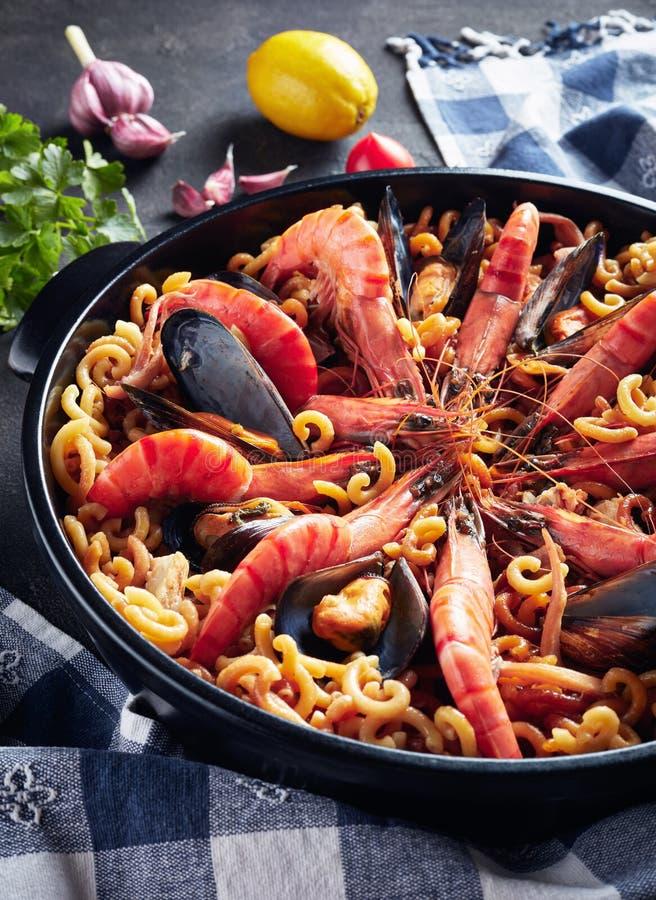 Hiszpańszczyzny Fideua, kluski Paella z owoce morza obraz royalty free