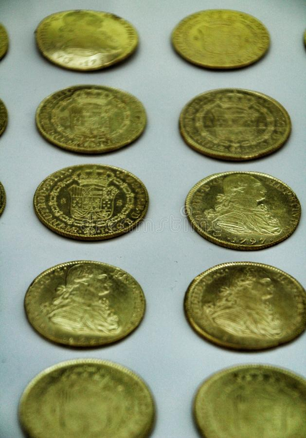 Hiszpańszczyzny Osrebrzają złociste monety odzyskiwać od ocean podłogi zdjęcie stock