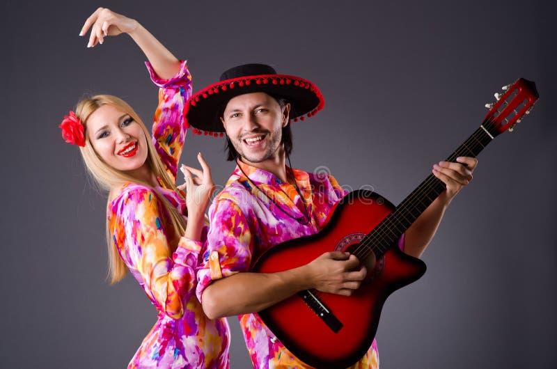 Hiszpańszczyzny para bawić się gitarę zdjęcia stock