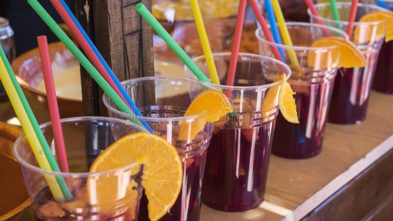 Hiszpańszczyzny, szkła sangria w jedzeniu, odświeżający lato napój zdjęcia royalty free