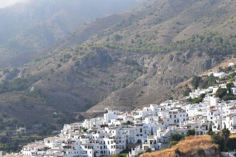 Hiszpania, Andalucia, Frigiliana Otaczające góry i wioska obrazy stock