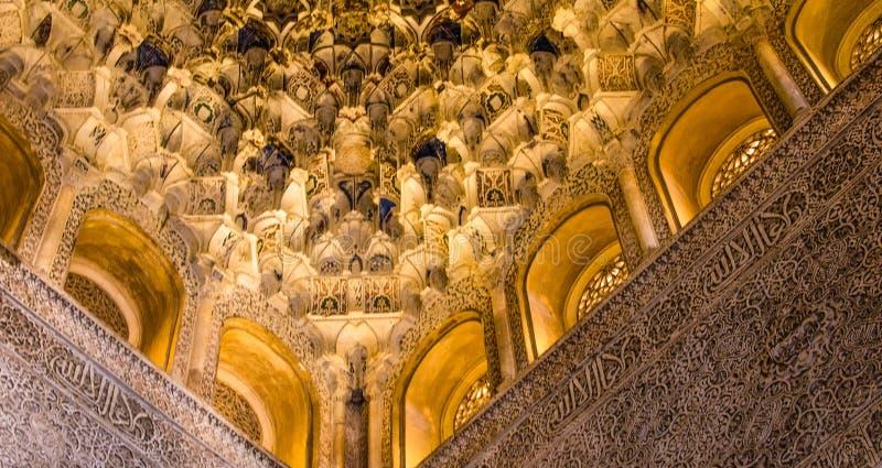 Hiszpania, Andalusia, Alhambra, Mauretański, szczegółowy rzeźbiący sufit, wewnętrzny pokój zdjęcie stock