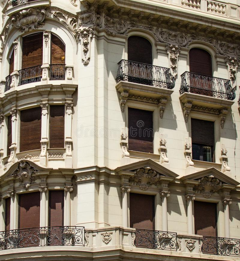 Hiszpania, Granada, trzy opowieści each z różnym projektem, architekturą i dekoracją okno, obraz stock