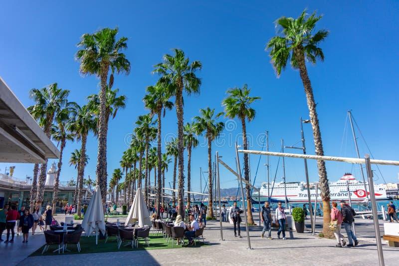 Hiszpania, Malaga - 04 04 2019: Portowy schronienie Malaga z jachtów ludźmi i drzewkami palmowymi fotografia stock