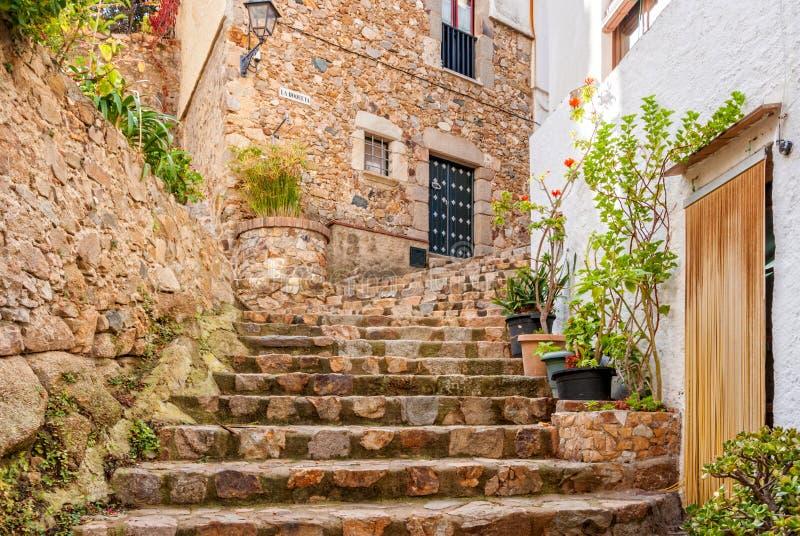 Hiszpania, Tossa De Mar, brukująca ulica w średniowiecznym Starym miasteczku - Vila Vella zdjęcie royalty free