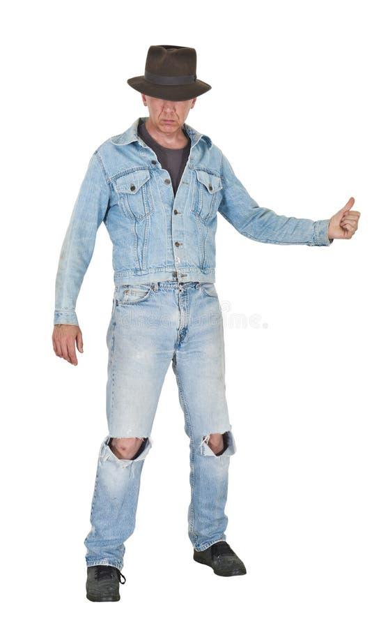 Hitchhike freddo duro dell'uomo del tirante, blue jeans isolate immagini stock