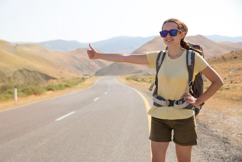 Hitchhiker ταξιδιωτική γυναίκα στο δρόμο στο ηλιοβασίλεμα Ταξιδιωτικός οδοιπόρος κοριτσιών στο δρόμο r Ελευθερία στοκ εικόνες με δικαίωμα ελεύθερης χρήσης