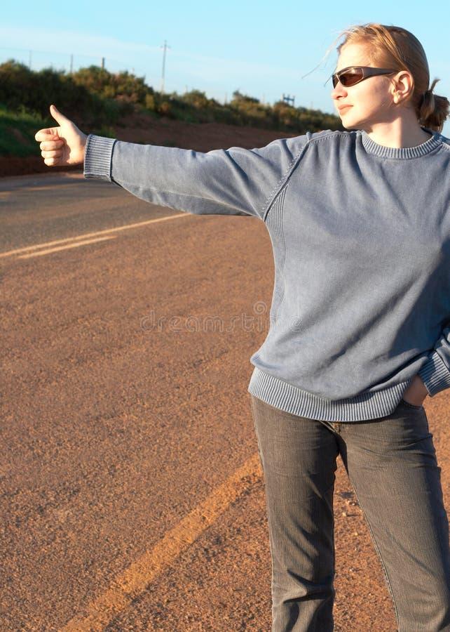 Hitchhiker biondo della donna fotografia stock