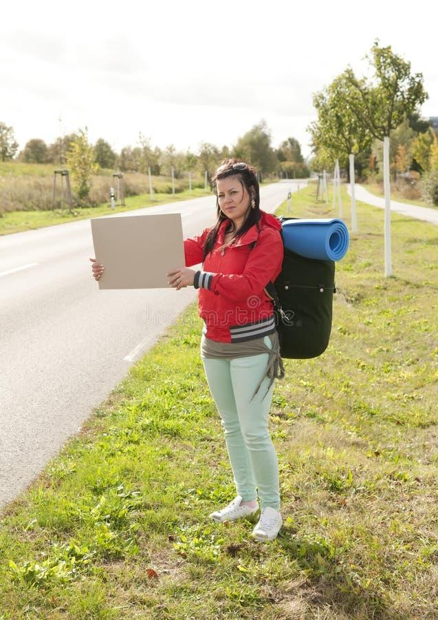 Hitchhiker con il segno immagini stock