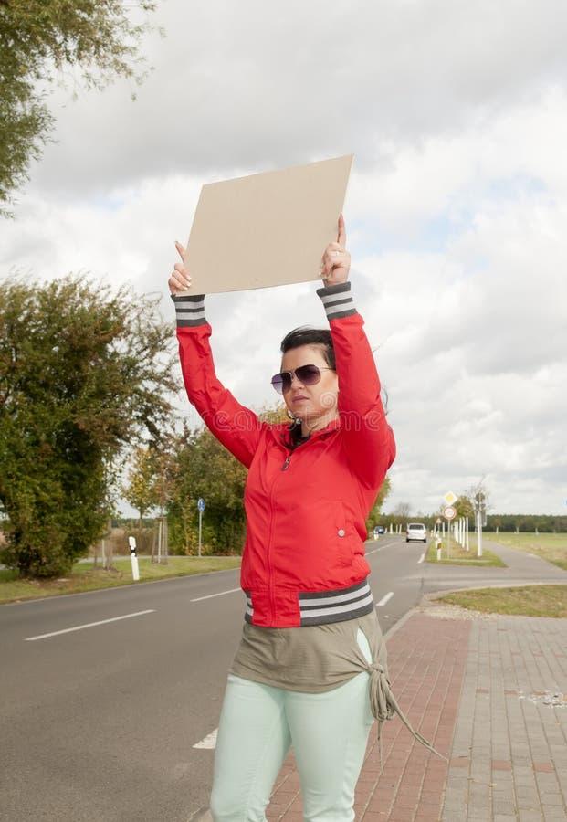 Hitchhiker con il segno in bianco fotografia stock libera da diritti