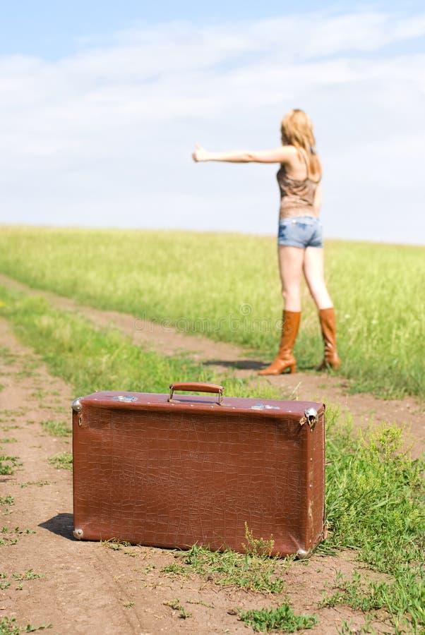 Hitchhiker con una valigia immagine stock