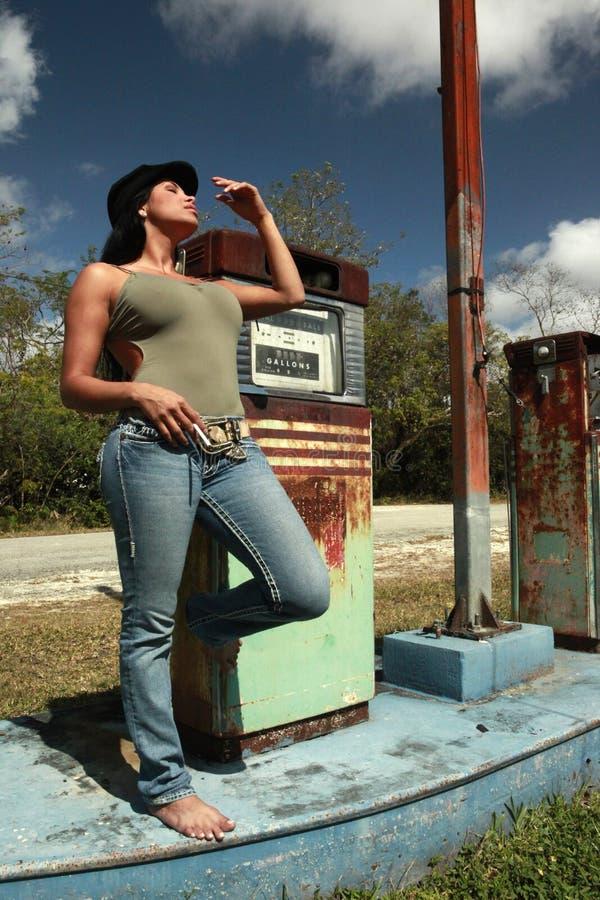Hitchhiker em um posto de gasolina do vintage imagens de stock