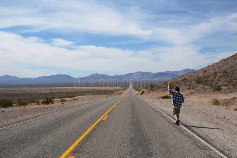 Hitchhiker su una strada fotografia stock
