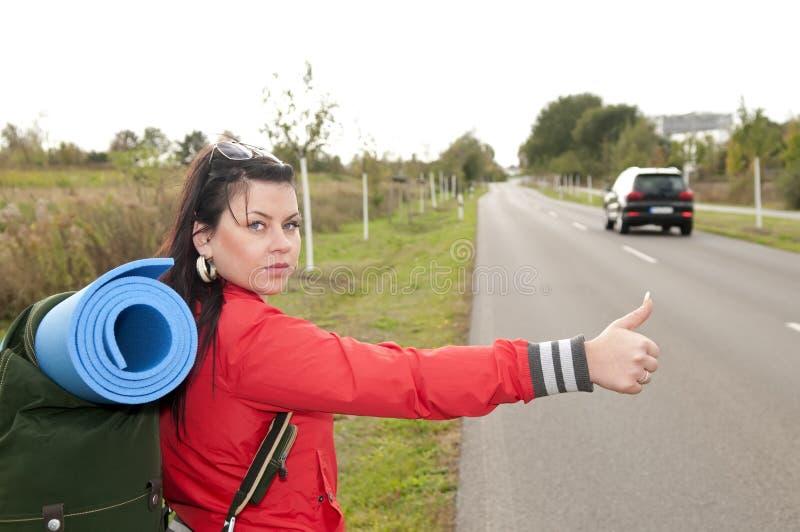 Hitchhiker sulla strada immagine stock libera da diritti