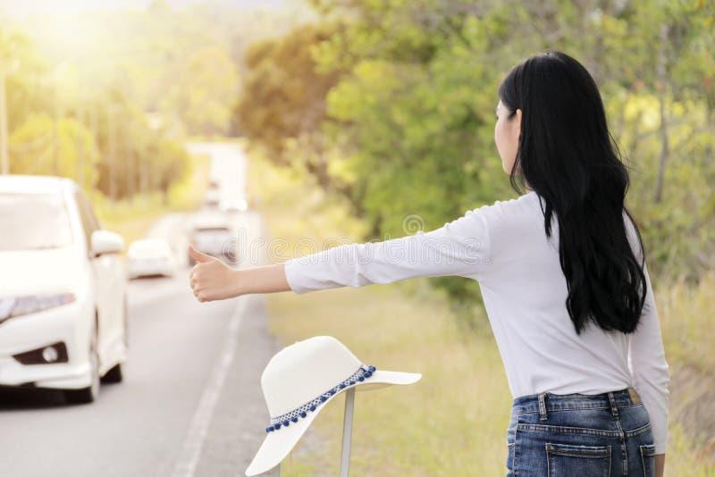 Hitchhiking turystyki pojęcie Podróżny samotny, potrzeby pomoc Gdy tam będzie problem, zdjęcie royalty free