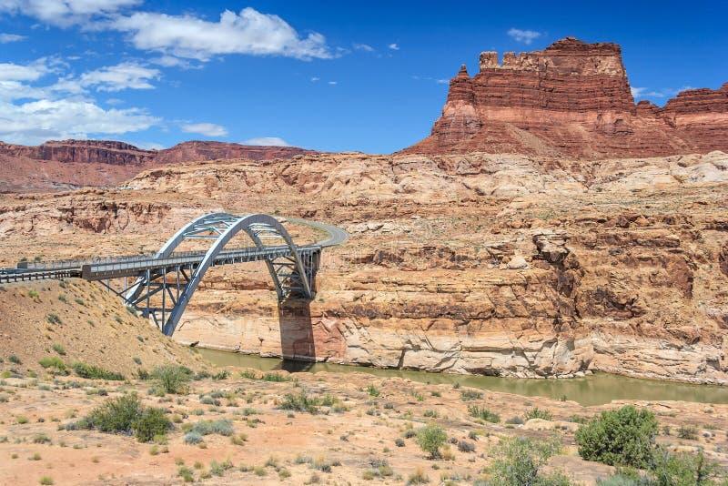 Hite-Überfahrt-Brücke über dem Colorado in Glen Canyon National Recreation Area lizenzfreie stockfotografie
