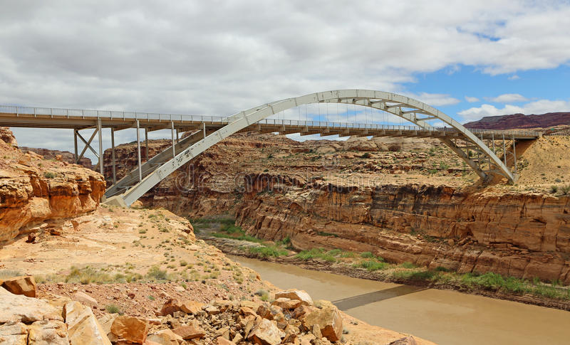 Hite die Brug over de Rivier van Colorado kruisen stock afbeeldingen