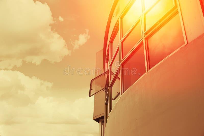 Hitze des heißen Wetters UV vom Sonnenschutz durch Bürogebäude lizenzfreie stockbilder